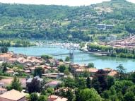 Vue de la ville de Condrieu et du port de Saint-Clair les Roches