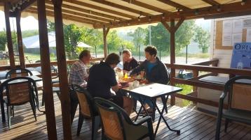 Des campeurs prenant le petit déjeuner proposé par le camping